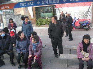 韓国のバス停風景