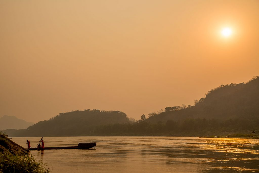 メコン川を渡る僧侶